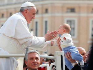 پاپ فرانسیس: مادران از شیر دادن به فرزندانشان در کلیسا خجالت نکشند