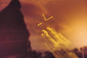 چرا من باید به یک مذهب نهادینه شده اعتقاد داشته باشم؟